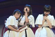 新曲「Dear Dear Dear」のプレゼントに涙を流す瑞季(左)。