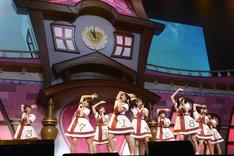 活動初期の衣装を思い出させる衣装で登場した私立恵比寿中学の9人。