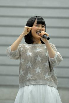 ファンに挨拶をする生田絵梨花。