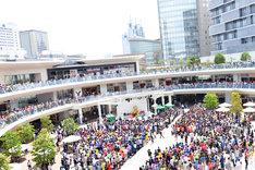 5月4日に神奈川・ラゾーナ川崎 ルーファ広場グランドステージにて行われた「いいくらし発売記念Free Event Tour」神奈川公演の様子。