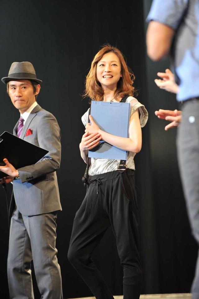 審査員を務めたまこと、吉澤ひとみ(左から)。