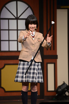ステッキを浮かすマジックを披露した倉島颯良。