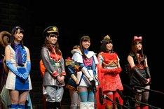 左から松井玲奈、白石麻衣、西野七瀬、生田絵梨花、松村沙友理。