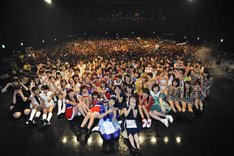 「@JAM 2014」アイドルDAY出演者による記念撮影の様子。