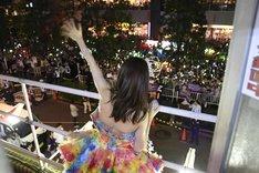 バルコニーから外のファンへ手を振る大島優子。 (c)AKS