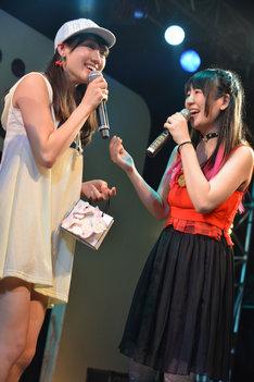 大森靖子(右)から直接プレゼントを手渡されて大喜びの佐保明梨(左)。