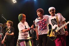 左からリョウ(G)、まちゃまちゃ、宮田和弥(JUN SKY WALKER(S))、修豚(G, Vo)。