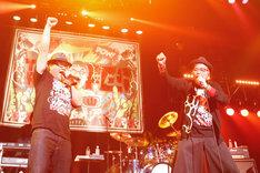 カンニング竹山とツインボーカルで「日本印度化計画」を歌う大槻ケンヂ。