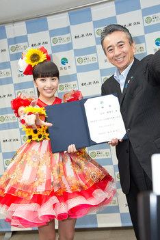 左から「浜松市やらまいか大使」の委託書を受け取った百田夏菜子と、鈴木康友浜松市長。