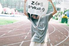 銀杏BOYZ & keisuke kanda 特設サイトに掲載されているモデル着用写真。