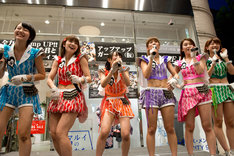 「アップアップガールズ(仮)2014 Summer Live Tour Hot! Hot! Hot!」開催決定を告知された直後のメンバーの様子。