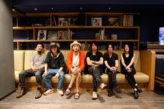 ライブ終演後のACIDMAN、BOOM BOOM SATELLITES(左から)。(Photo by Charlie.Aki)