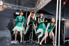 「survival dAnce ~no no cry more~」を披露するTHANKS。