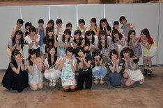 卒業セレモニー終了後、記念撮影をする市來玲奈と乃木坂46メンバー。