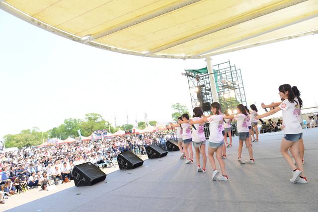 「AKB48 チーム8 全国のファンの皆様に『会いに行く』活動(兵庫県)」の様子。 (c)AKS
