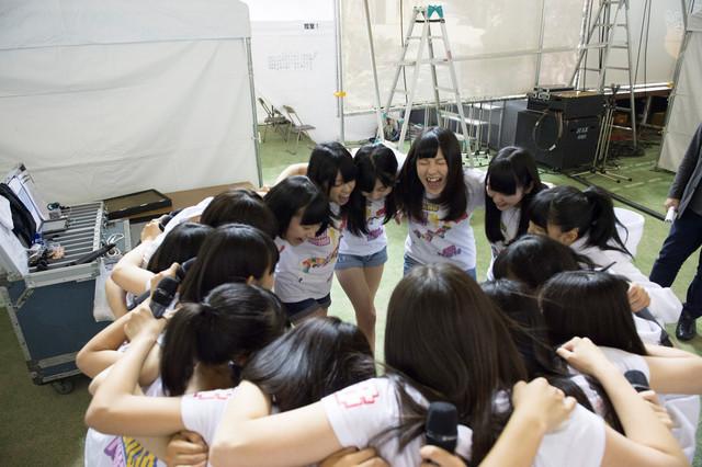 AKB48チーム8「信州夢街道フェスタ2014」でのパフォーマンスの様子。 (c)AKS