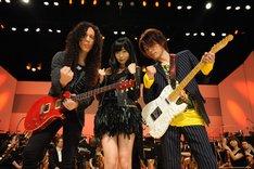 左からマーティ・フリードマン、指原莉乃、TAKUYA。(c)テレビ朝日