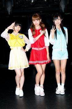 チームウェアを着た関根優那(Cheeky Parade)、志村理佳(SUPER☆GiRLS)、金澤有希(GEM)。