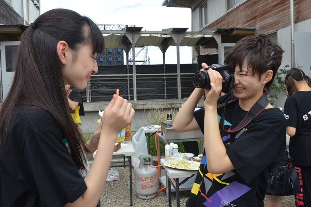 松野莉奈(左)を激写する安本彩花カメラマン(右)。