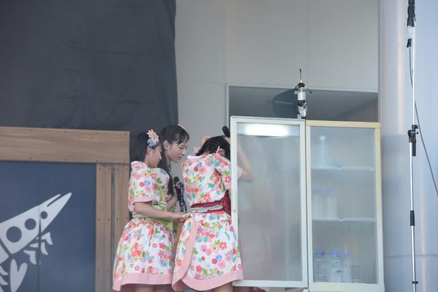 ステージ上に用意された冷蔵庫からキンキンに冷えたステージドリンクを取り出すエビ中メンバー。