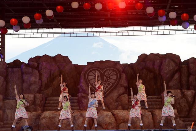 私立恵比寿中学「エビ中 夏のファミリー遠足 略してファミえん in 山中湖」の様子。