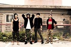 NEENEE。左からテツシ(DJ)、ヤマト(Vo)、セイジ(B, Manager)、タカシ(G)。