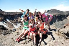 富士山火口付近で記念撮影するアップアップガールズ(仮)。