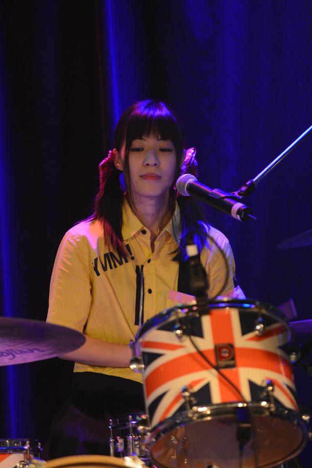 ドラムを叩くももぴ。 (Photo by ElNinoTheIdol / mel house)