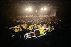観客を背に記念撮影するゆるめるモ!。 (Photo by ElNinoTheIdol / mel house)