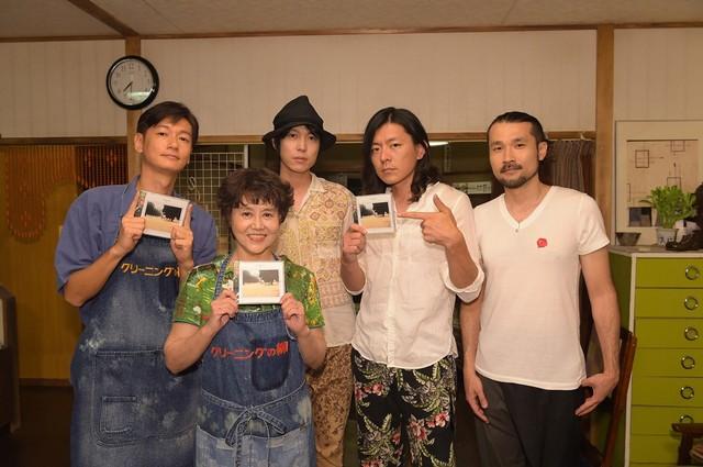 ドラマ「同窓生~人は、三度、恋をする~」収録現場で、井浦新、岡本麗と記念撮影をするメレンゲ。