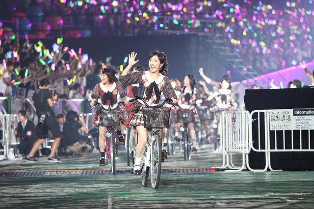 「言い訳Maybe」で自転車に乗って登場した渡辺麻友ら選抜メンバー。 (c)AKS