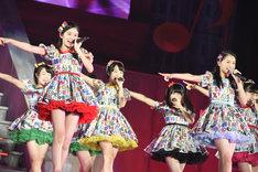 チーム8による「10年桜」歌唱の様子。 (c)AKS