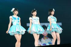ミルクプラネット(横山由依、渡辺麻友、岩田華怜)による「セーラーゾンビ」歌唱の様子。 (c)AKS