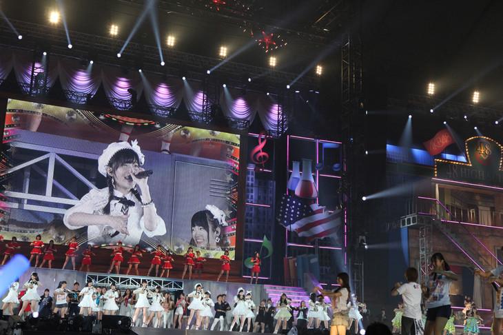 4グループ全メンバーによる「恋するフォーチュンクッキー」歌唱の様子。 (c)AKS