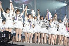 コンサートラストでメンバー全員で手をつなぎ「ありがとうございました!」と挨拶するAKB48グループメンバー。 (c)AKS
