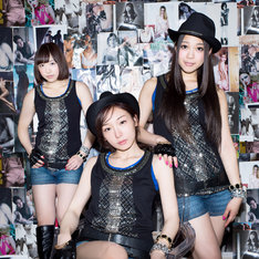 Girls Beat!!。写真中央が加護亜依。