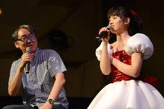 """いちアイドルファンとしてほかのアイドルに接する態度を熱弁するayaka(右)に「それただの""""認知厨""""だよね」と嶺脇社長(右)。"""
