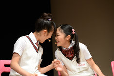左から菊地最愛、岡田愛。
