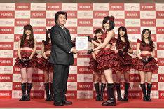 フェザー代表取締役社長の藤田直人より記念の楯を贈呈される山本彩。