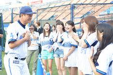 中畑清監督(左端)と談笑するSHOWROOMドリームチームの面々。
