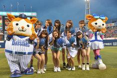 横浜DeNAベイスターズのマスコットDB.スターマン(左端)、DB.キララ(右端)と記念撮影するSHOWROOMドリームチーム。