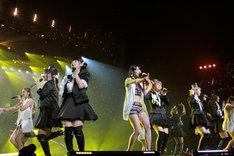 Berryz工房と℃-ute(「Berryz工房デビュー10周年記念スッペシャルコンサート2014 Thank you ベリキュー!in 日本武道館[後編]」の様子)。