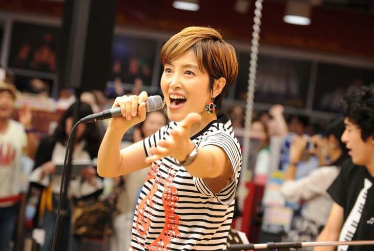 荻野目洋子のインストアライブの模様。