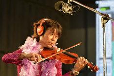 バイオリンソロのレコーディングに挑む桜井秀俊。(撮影:三浦憲治&TEAM LIGHTSOME)
