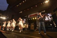左からアイドルネッサンス、YO-KING(撮影:三浦憲治&TEAM LIGHTSOME)。
