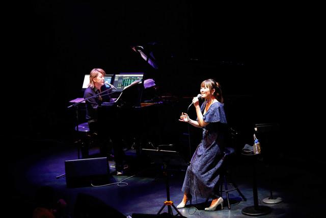 「小室哲哉 featuring 坂本美雨」Billboard Live TOKYO公演の小室哲哉と坂本美雨。