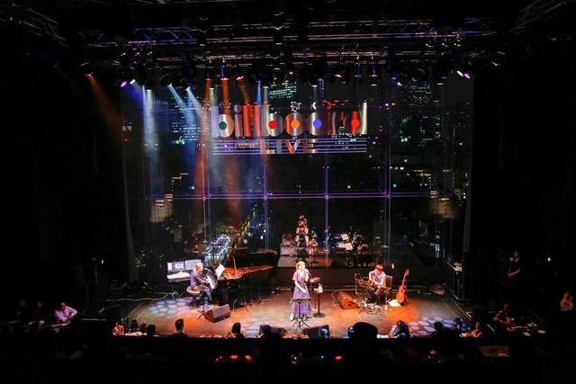 「小室哲哉 featuring 坂本美雨」Billboard Live TOKYO公演の様子。