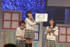 倉本美津留校長の似顔絵を描いた大賀咲希と大賀を支持するさくら学院メンバー。