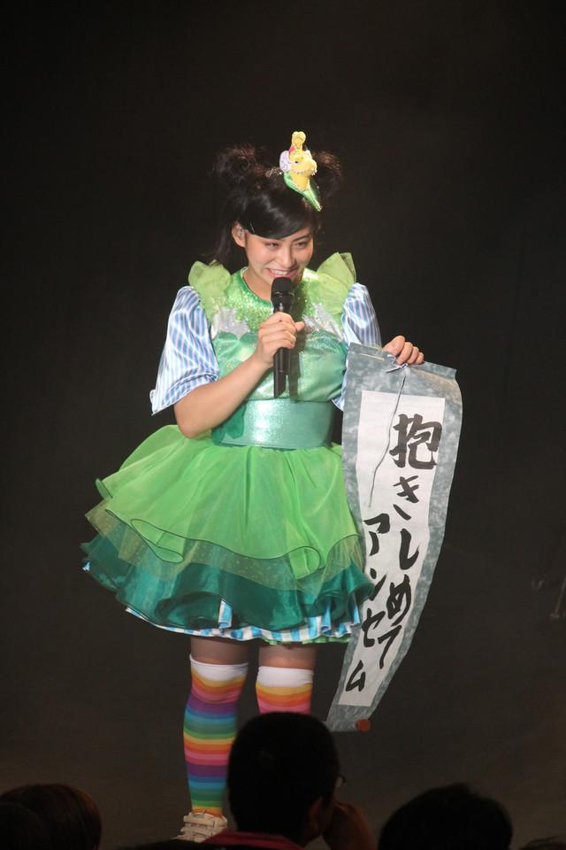 「抱きしめてアンセム」の巻物を引いた坂本遥奈。