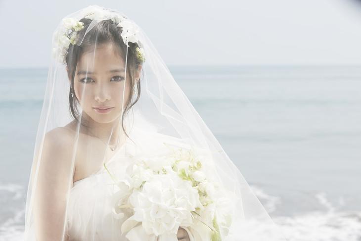 橋本環奈1st写真集「Little Star~KANNA15~」より、ウエディングドレス姿の橋本環奈。
